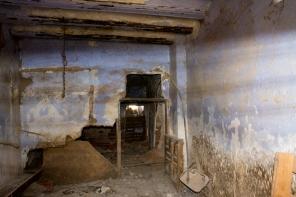 Interior de una casa en ruinas