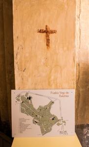 Cruz marcada en el interior de una casa, a modo de signo protector
